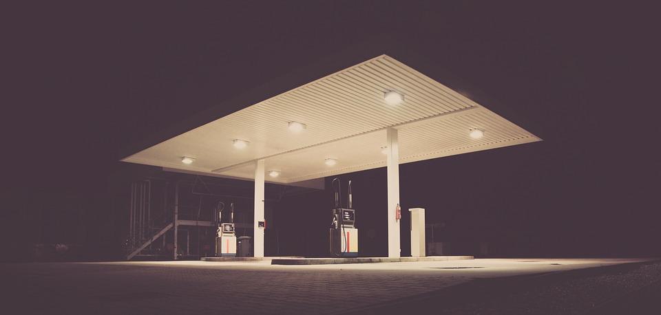 En bensinstasjon om natta.